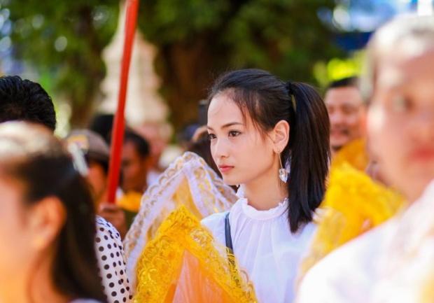 เธอคือใคร!?ชาวเน็ตส่องเจอสาวหมวยหน้าใส ร่วมงานบวชพระบัวขาว
