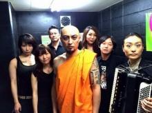 คนไทยรู้สึกอย่างไร? เมื่อวงดนตรีญี่ปุ่น สวมจีวรพระขึ้นเวทีคอนเสิร์ต!!
