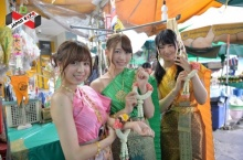 นัทซึน, โมกิจัง, เรนะจัง จากวง AKB48 ห่มสไบร่วมกิจกรรมวิถีไทย