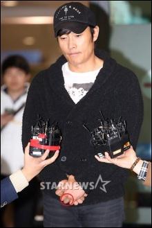 อี บยองฮุน ขอโทษ เสียงเศร้า กับหลากประเด็นฉาว! (ชมคลิป)