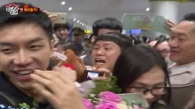 หือ! ตลกดัง ถูกเจ้าหน้าที่สนามบินเวียดนามเข้าใจผิดคิดว่าเป็นแฟนคลับที่เข้ามาประชิดตัว ดาราหนุ่ม!