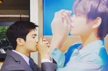 วี  ส่งรถกาแฟสนับสนุน พัคฮยองชิก ที่กองถ่ายละคร หลังจากก่อนหน้าก็เพิ่งจะสนับสนุน พัคซอจุน