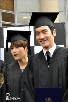 ภาพถ่ายในชุดครุยส์ จบการศึกษา ของ ชีวอน และ รยออุค  SJ