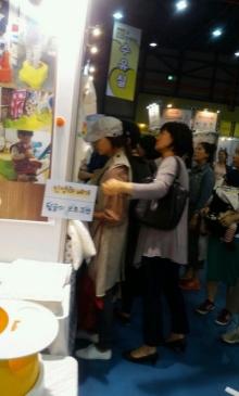 ภาพว่าที่คุณแม่ ซอนเย กำลังเดินเลือกซื้อของใช้เด็กอ่อนกำลังได้รับความสนใจ