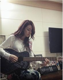 ซานดารา พัค แห่ง 2NE1 กำลังฝึกเล่นกีต้าร์