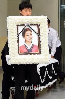 โซจอง นั่งรถเข็นร่วมงานศพ ริเซ เป็นครั้งสุดท้ายพร้อมสมาชิกในวง
