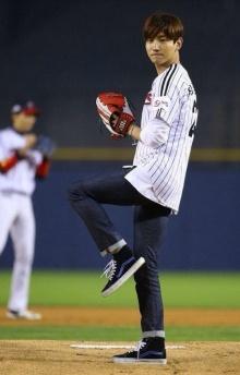 ชางมิน TVXQ กับท่าขว้างลูกเบสบอลสุดเท่ห์ (ชมคลิป)