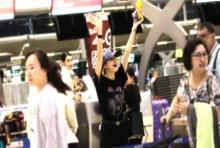 ลิซ่า BLACKPINK กลับเกาหลี แฟนแห่ส่งล้นสนามบิน (คลิป)