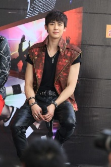 สวดยับ Block B พฤติกรรมแย่ - 2PM แท็กทีมปกป้องประเทศไทย