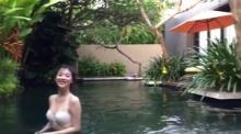 ฉาวไม่เลิก!! ซอลลี่ อัพวิดิโอเซ็กซี่ในชุดบิกินี่ขณะกำลังเล่นน้ำ