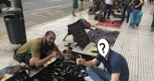 ชายหนุ่มนั่งคุยกับพ่อค้าข้างถนน ซื้อของแบบกันเอง พอเห็นหน้าชัดๆ นี่นักร้องดังโคตรมหาเศรษฐีหนิ?!