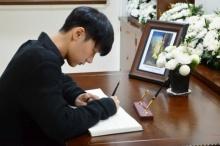 3 ศิลปิน kpop สัญชาติไทย ร่วมลงนามถวายความอาลัยต่อ พระบาทสมเด็จพระเจ้าอยู่หัวในพระบรมโกศ
