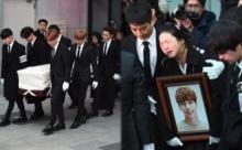 สุดอาลัย...สมาชิกวง SHINee ร่วมพิธีเคลื่อนย้ายโลงศพ จงฮยอน ไปยังสุสาน (มีคลิป)