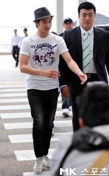 คิม ซูฮยอน ผู้ชายอะไรแค่กางเกงยีนส์ เสื้อยืดก็โคตรจะหล่อ!
