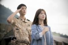 """คนเขียนบท""""Descendants of the Sun""""เปิดใจถึงตอนจบอาจต้องระเห็จจากเกาหลี!"""