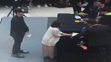 เซฮุน เซอร์ไพรส์เพื่อนร่วมวง ด้วยการมาต่อแถวรับลายเซ็นในงานแฟนไซน์ของ EXO-CBX