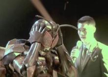 หน้ากากแมลง โดนเปิดโฉมแล้ว และเขาคือนักร้องดังคนนี้???