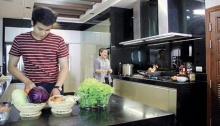 'เจมส์' โชว์ลีลาพ่อครัวทำข้าวผัดเอาใจ 'พั้นซ์'