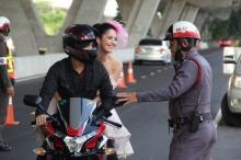 ไดสุเกะ-โซฟี่ เหวอรับทาน!!! ตำรวจเรียกจอดรถกลางถนน