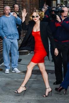 ว้าว! เจนนิเฟอร์ ลอว์เรนซ์ ในชุดแดงแรงฤทธิ์
