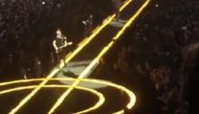 ซวยอีกรอบ! มือกีตาร์ U2 ตกเวทีระหว่างเล่นเพลงสุดท้ายในลิสต์ (คลิป)