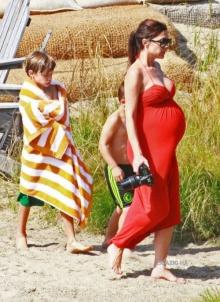 ภาพคุณนาย วิคตอเรีย เมียพี่เบ๊คอุ้มท้องแก่เที่ยวทะเลชิวล์ชิวล์!