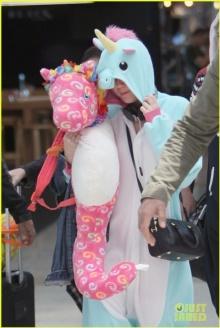 """""""ไมลีย์ ไซรัส"""" กับชุดยูนิคอร์นและตุ๊กตาม้าน้ำสุดแบ๊ว"""