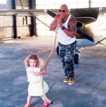 เดอะ ร็อคน่ารักอ่ะ ช่วยสาวน้อยฝันเป็นจริง ลากเครื่องบินในกองถ่าย