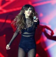 สุดเซ็กซี่ !! Selena Gomez กับชุดซีทรูสีดำบนเวที !!