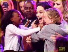 สุดเซอร์ไพรส์! โจลี่ ชนะรางวัลตัวร้ายที่เด็กชอบ!