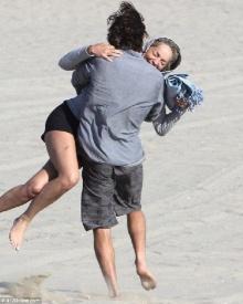 หวานเว่อร์ ชารอน สโตน สวีตแฟนหนุ่มรุ่นลูกริมชายหาดแบบไม่แคร์สื่อ