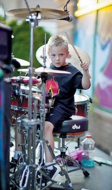 เอเวอรี่ โมเลก มือกลอง 6 ขวบ ผู้มีทัวร์คอนเสิร์ตของตัวเอง (ชมคลิป)