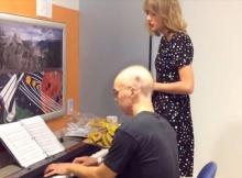 เทย์เลอร์ สวิฟต์ ร้องเพลงร่วมกับผู้ป่วยลูคีเมีย
