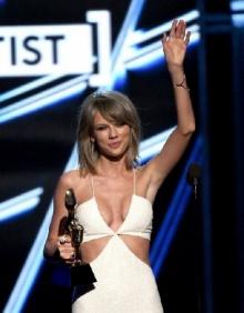 เทย์เลอร์ สวิฟต์ จั๊มพ์สูทขาวแหวกเต้างาน Billboard Music Awards!