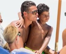 ซิงเกิ้ลแด๊ดตัวจริง! โรนัลโด ควงลูกชายตัวน้อยเตะบอลริมชายหาด