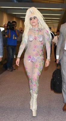 จัดเต็มอีกครั้ง!! แฟชั่นสนามบินสุดสยิวของ Lady Gaga ที่ญี่ปุ่น