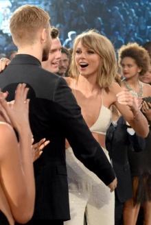 ลือ Taylor Swift หน้าบาน แฟนหนุ่ม Calvin Harris เล็งซื้อแหวนเพชร 10 กะรัต มูลค่า 17 ล้าน เตรียมหมั้น