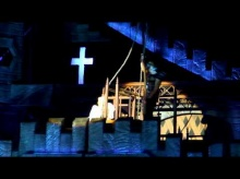 เลดี้ กาก้า เจ็บจี๊ด โดนแด๊นเซอร์เอาเสาฟาดหัวดังโป๊ก กลางคอนเสิร์ตที่นิวซีแลนด์ (ชมคลิป)