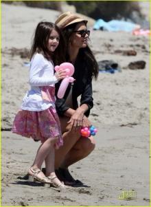 คุณแม่ Katie Holmes พาน้อง Suri ไปเล่นชายหาด