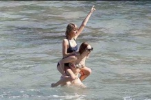 ภาพเซ็ตใหม่  เทเลอร์ สวิฟท์ ในชุดว่ายน้ำที่ ฮาวาย