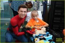 """""""ทอม ฮอลแลนด์"""" เป็นไอ้แมงมุมไปเยี่ยมเด็ก ในโรงพยาบาล"""