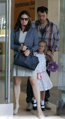 ภาพล่าสุดของหนู Violet Affleck : Jennifer Garner & Violet Get Crafty