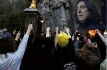 แฟนๆแฮร์รี่รวมตัวกันหน้าปราสาทฮอกวอตส์ ชูไม้กายสิทธิ์ไว้อาลัย Alan Rickman