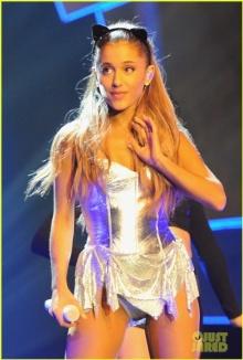 """""""อาเรียนา แกรนด์"""" กับการแสดงสุดร้อนแรงบนเวที  Radio 1s Teen Awards 2014"""