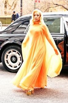 เลดี้ กาก้า เริงร่าในชุดสีส้มสุดพริ้ว!