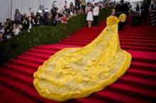 ร้องไห้หนักมาก!!! Rihanna เจอตัดต่อล้อเลียนชุดราตรีสีเหลืองสุดอลังกาล งดงามราว....
