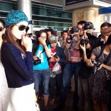 """แฟนเวียดนามต้อนรับ """"น้องปอย"""" ที่สนามบินเนืองแน่น[คลิป]"""