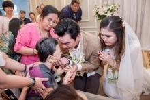 เปิดภาพน้ำตาท่วมงานวิวาห์ คุณแม่ชาคริต ร่วมอวยพรในวันแต่งงานรอบ2ของลูกชาย