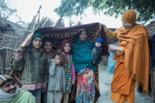 พระแซม-ยุรนันท์ พร้อมกัลยาณมิตร มอบผ้าห่มกันหนาวผู้ยากไร้ชาวอินเดีย