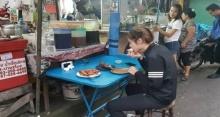 เหลือเชื่อ! นางเอกซุปตาร์สาว นั่งจกข้าวเหนียว ส้มตำ จิ้มปลาร้าข้างทาง!?